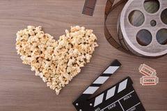 Amor del cine con los elementos del corazón y del cine de las palomitas Imagen de archivo libre de regalías