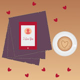 Amor del día de San Valentín hermoso Taza de café, de teléfono y de corazones en la tabla Foto de archivo libre de regalías