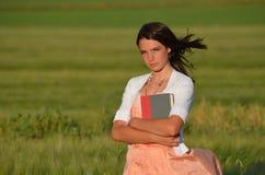 Amor del libro en un campo de trigo Foto de archivo libre de regalías