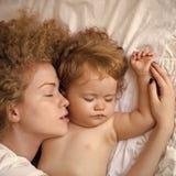 Amor del `s de la madre Bebé de abarcamiento de la madre Fotografía de archivo libre de regalías