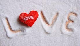 Amor del texto en fondo del azúcar Imagen de archivo libre de regalías
