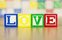 Amor deletreado hacia fuera en bloques huecos del alfabeto Fotos de archivo libres de regalías