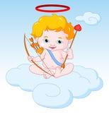Amor, der auf der Wolke mit Pfeil und Bogen sitzt Stockfoto