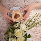 Amor do café nas mãos da menina Fotos de Stock Royalty Free