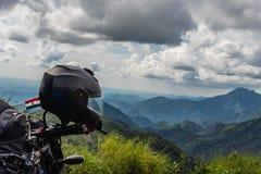 Amor do motociclista da natureza com opinião da escala do monte imagem de stock royalty free