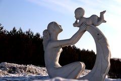 Amor do ` s da mãe da escultura Fotos de Stock