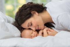 Amor do ` s da mamã recém-nascido Fotos de Stock
