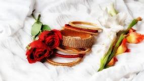 Amor dos presentes das rosas vermelhas do papel de parede da pulseira imagem de stock royalty free