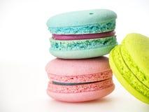 Amor dulce de tres macarons en blanco imagen de archivo