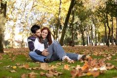 Amor e afeição entre um par novo Fotos de Stock Royalty Free