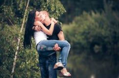 Amor e afeição entre um par novo Imagens de Stock
