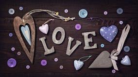 Amor e corações de madeira das letras fotografia de stock