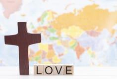 Amor e a cruz de Cristo com o mapa do mundo no fundo foto de stock