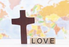 Amor e a cruz de Cristo com o mapa do mundo no fundo foto de stock royalty free