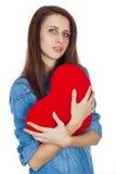 Amor e morena bonita do dia de Valentim que guarda um coração vermelho nas mãos isoladas no fundo branco Foto de Stock Royalty Free