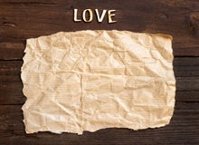 Amor e papel da palavra na madeira velha Fotos de Stock Royalty Free