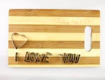Amor e placa de corte do pão Fotografia de Stock Royalty Free