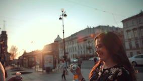Amor e sopro das bolhas de sabão pelo casal video estoque