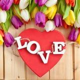 AMOR em letras de madeira no coração vermelho Fotos de Stock
