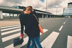 Amor en el aeropuerto Imagen de archivo libre de regalías