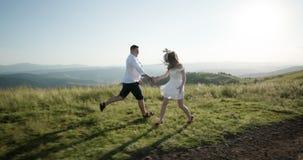 Amor en las monta?as Funcionamiento del hombre y de la mujer a lo largo del camino al horizonte en alguna parte en la colina mien almacen de video
