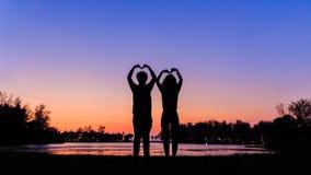 Amor en silueta foto de archivo
