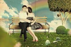Amor en un banco de parque Imagen de archivo libre de regalías