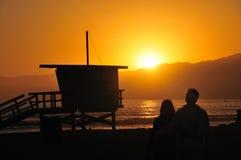 Amor en una playa de Los Ángeles en la puesta del sol Foto de archivo libre de regalías