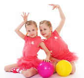 Amor encantador de dos hermanas para jugar la bola. foto de archivo
