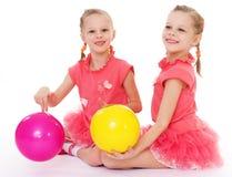 Amor encantador de dos hermanas para jugar la bola. fotos de archivo libres de regalías