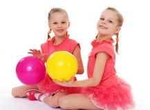 Amor encantador de dos hermanas para jugar la bola. imagen de archivo libre de regalías