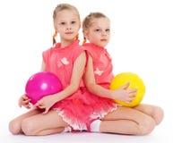 Amor encantador de dos hermanas para jugar la bola. foto de archivo libre de regalías