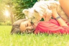 Amor entre el ser humano y el perro imagenes de archivo