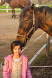 Amor entre una muchacha y un caballo imagen de archivo libre de regalías