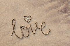 Amor escrito en arena Fotos de archivo libres de regalías
