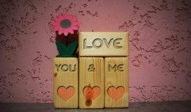Amor escrito nos blocos de madeira imagens de stock