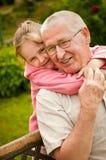Amor - grandparent com retrato do neto imagem de stock