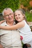 Amor - grandparent com retrato do neto imagens de stock
