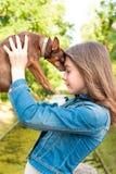 Amor incondicional Adolescente con el perro marrón de juguete-Terrier Fotografía de archivo
