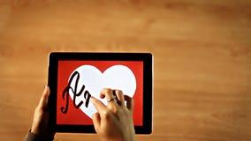 Amor kalligrafi Kvinnlig handstil inom vit hjärta på minnestavlan arkivfilmer