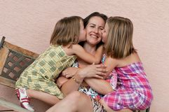 Amor - madre con los niños foto de archivo