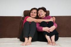 Amor - matriz e filha em casa Imagem de Stock