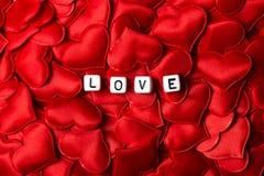 Amor mecanografiado con los dados en corazones Fotografía de archivo libre de regalías