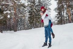 Amor - par feliz que tiene risa feliz sonriente de la diversión junto en días de fiesta románticos Hombre joven que da a cuestas  Fotografía de archivo libre de regalías