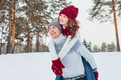 Amor - par feliz que tiene risa feliz sonriente de la diversión junto en días de fiesta románticos Hombre joven que da a cuestas  Foto de archivo libre de regalías