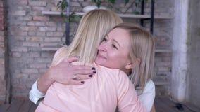 Amor parental, mãe de sorriso feliz apreciando a ligação com filha adulta e abraço ao descansar em casa sobre filme