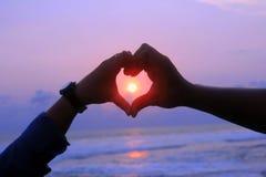 Amor perfecto en la playa de la puesta del sol Imagen de archivo