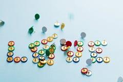 Amor quebrado da palavra da coleção de botões coloridos dos artigos de papelaria, tema dos pinos do amor foto de stock