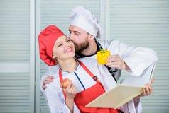 Amor real vegetariano Uniforme do cozinheiro Vitamina de dieta culinary pares felizes no amor com alimento natural Homem e mulher imagem de stock