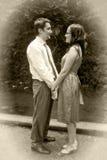 Amor retro de la vendimia - dos amantes que llevan a cabo las manos Fotos de archivo